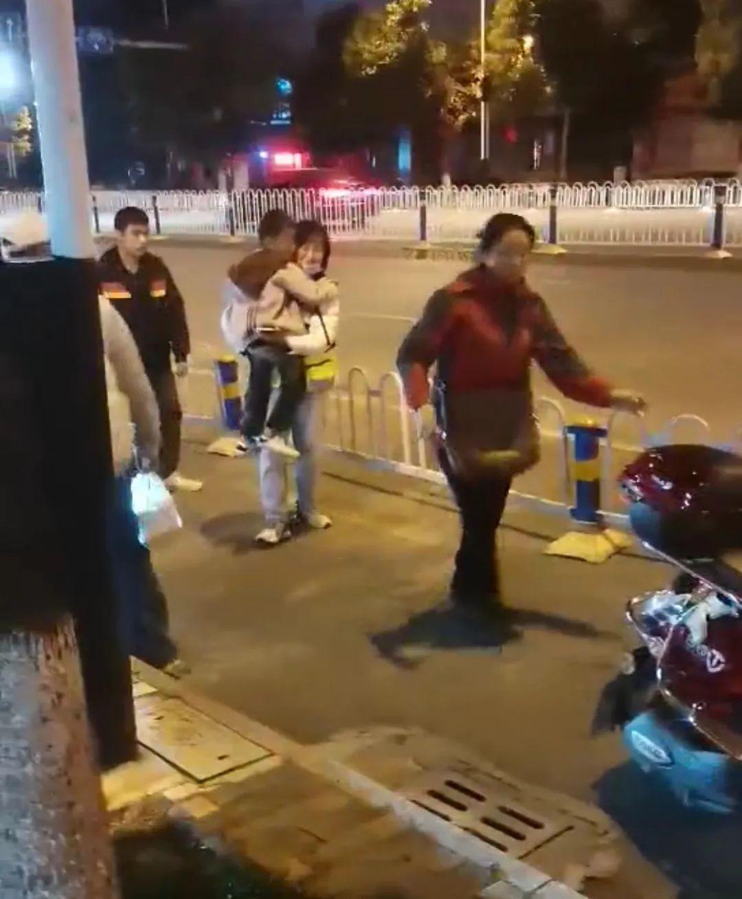 深夜,文山一男子骑车带儿撞上护栏后……