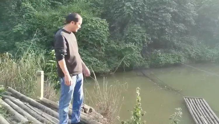 吓呆!富宁男子鱼塘网住26斤大蟒