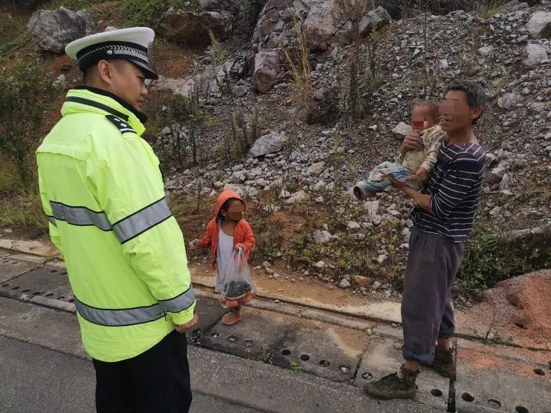 危险!文山高速公路上惊现2名儿童!